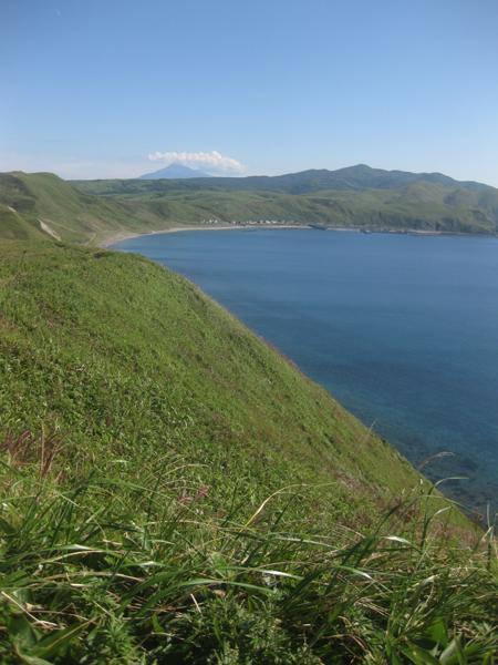 礼文島 利尻は残念ながら頂上付近が雲隠れ。 ようやく長くきつい坂道を登り終え、... 礼文島 岬