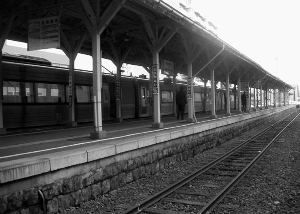 稚内駅 ホームは島式ひとつだが重厚な屋根が稚内駅の歴史を物語っています。 左は... 稚内駅 日